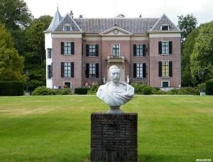 Huis Doorn met op de voorgrond een borstbeeld van Wilhelm II
